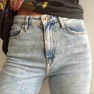 Mom jeans från River Island med slit i ena knät och ankellånga i strl UK 12/EU 40. Använda fåtal ggr, nypris 600kr men säljs för 150kr eller högst bjudande. Frakt tillkommer (49kr).