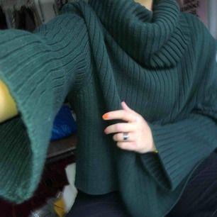 Mörkgrön jättefin oversized stickad tröja. Stor mysig krage, perfekt för hösten och vintern