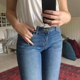 Smala jeans från Lee, använda en gång och som i nyskick. Passar mig bra som oftast har W27 även fast det står W29😊 möts upp i Karlstad eller skickas på posten!💫