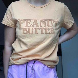 """Gul tröja med """"Peanut Butter"""" skrivit över bröstet från BikBok. Inte använd mer än 5 gånger så det är bra kvalité på plagget! Köparen står för frakt."""