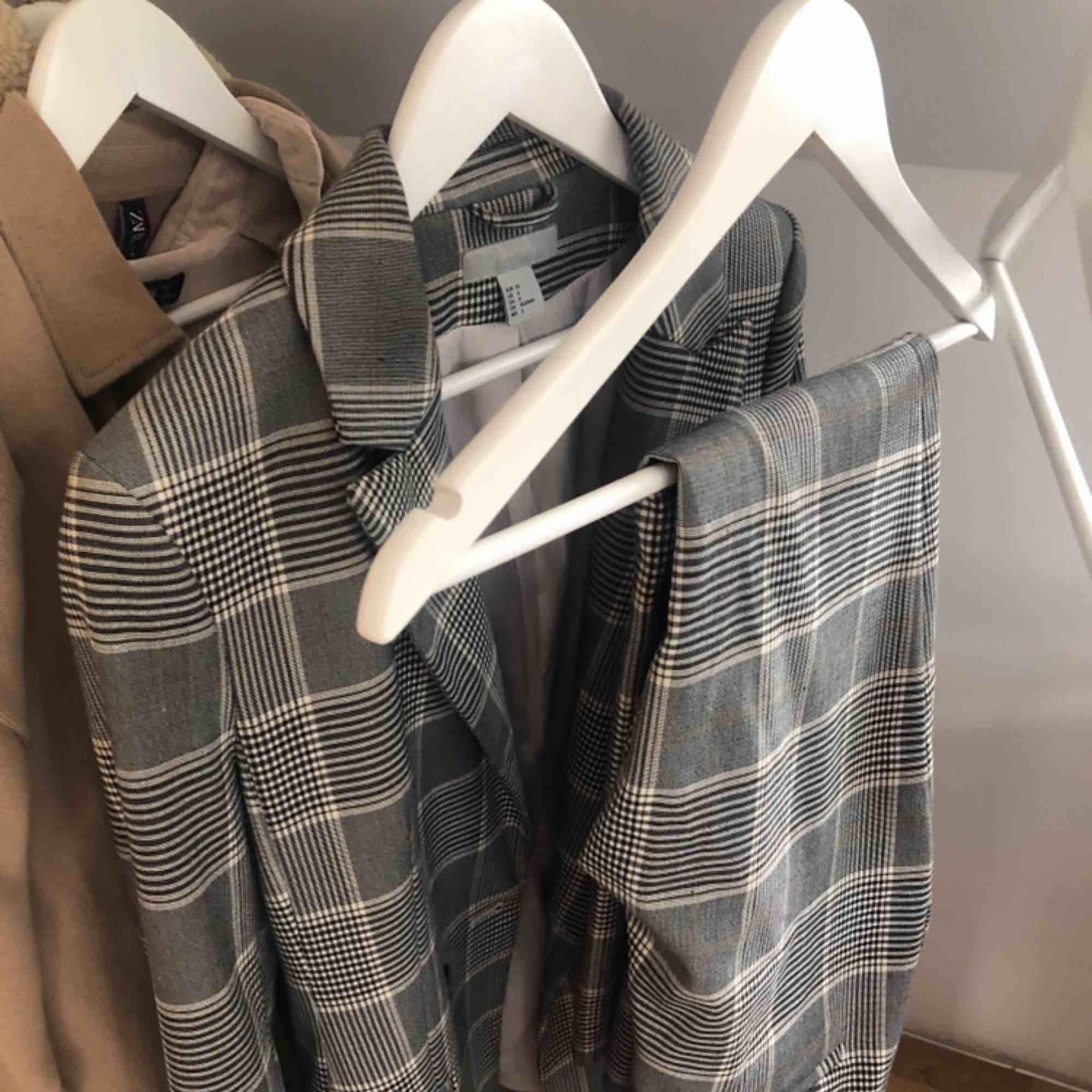 Uppe igen pga oseriös köpare! :) Säljer min superfina kostym som enbart blivit använd några gånger! Frakt tillkommer 💫. Kostymer.