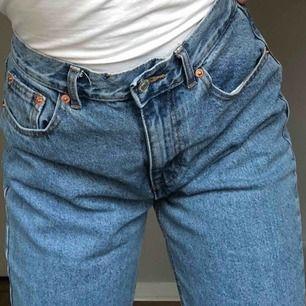 Superfina mom jeans från pull and bear, köpte dom i våras men dom är tyvärr något för stora för mig. Helt oanvända, kan mötas upp i uppsala annars kan jag frakta dom (står inte för frakten) 🥰🥰