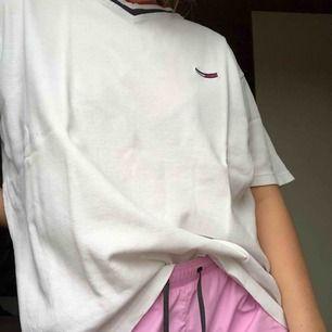 Tröjan är helvit! Inte rosa som det verkar på bilden. Riktigt ball tröja från Tommy Hilfiger köpt secondhand. Den är superskön och väldigt luftig. Tror att det är manlig passform och därför den är så pösig för en M! Köparen står för frakt.