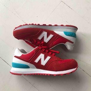 Röda New Balance sneakers i väldigt gott skick! Dm vid intresse 🥰