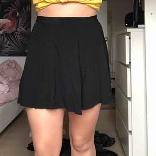 Flowy kjol från BikBok i storlek M! Användes en del när den köptes men mest legat i garderoben ett antal månader nu. Skön och trycker inte hårt eller obekvämt vid magen! Köparen står för frakt.