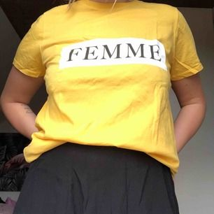 Skön och snygg tröja från Gina Tricot som är lätt att styla. Den gula färgen är mest lik på bild 2! Köparen står för frakt.