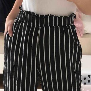 Supersöta randiga byxor från Gina, jättesköna men är tyvärr för små för mig. Storlek 36 men passar även 32 och 34💓💓