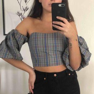 Off shoulder topp med puffärmar från Zara! Dm vid intresse 🥰