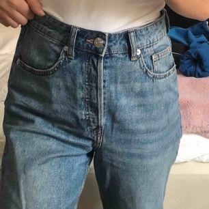 Säljer mina finaste mom jeans från H&M, har tyvärr växt ur dom. Storlek 36 men passar även 34 🥰