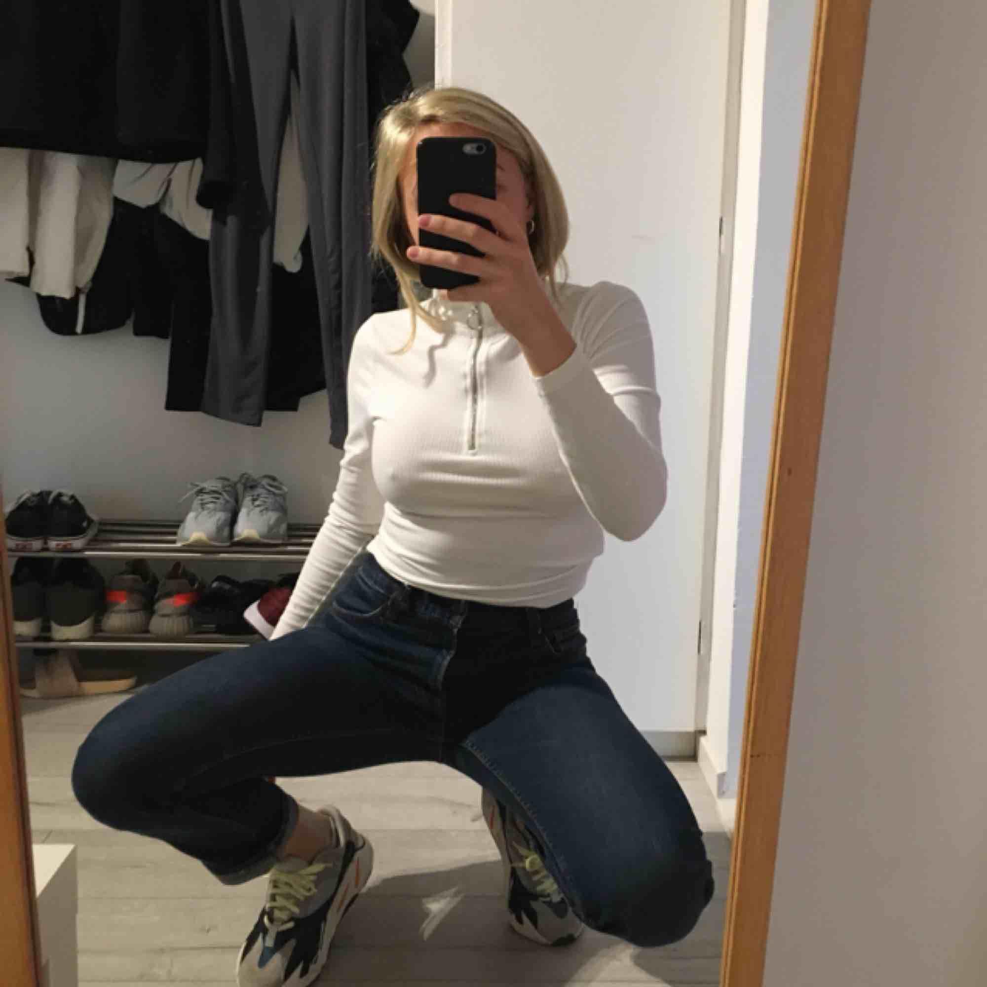 Blå jeans från crocker säljes då de är för stora i midjan för mig. Rätt låga i midjan och raka i benen. Älskar modellen då de inte är så slim utan lämnar lite luft nertill. Köpa 2nd hand men har inga hål eller fläckar. . Jeans & Byxor.