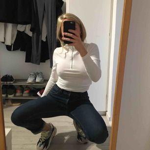 Blå jeans från crocker säljes då de är för stora i midjan för mig. Rätt låga i midjan och raka i benen. Älskar modellen då de inte är så slim utan lämnar lite luft nertill. Köpa 2nd hand men har inga hål eller fläckar.
