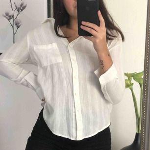 Vit skjorta med fint mönster! Dm vid intresse 🥰