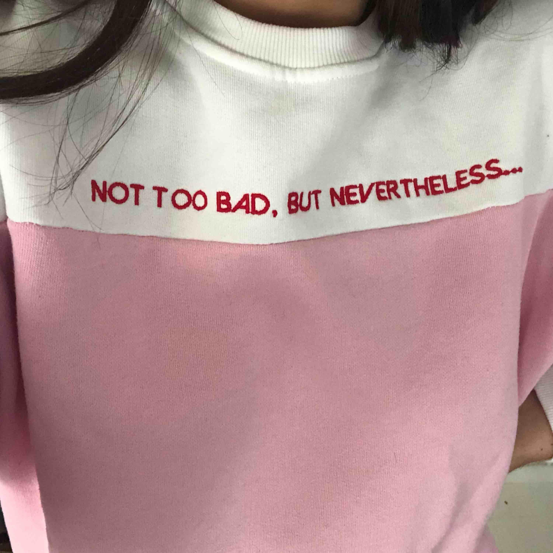 Sweatshirt från Bershka! Dm vid intresse 🥰. Huvtröjor & Träningströjor.