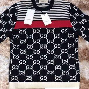 Hej! Säljer helt ny gucci tröja i storlek S beställt från guccis officiella hemsida för 10500kr helt äkta aldrig använt aldrig tvättat! Passa på att köpa den ikoniska tröjan om du vill ha ögon på dig!