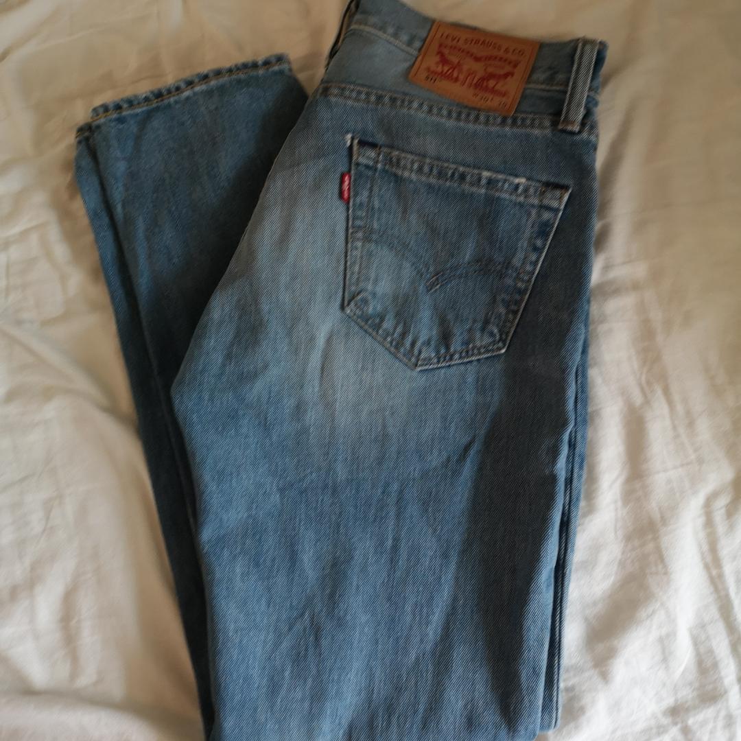 Ljusblåa Levis jeans, säljer pga lite förstora i midjan på mig. Frakt ingår i priset . Huvtröjor & Träningströjor.
