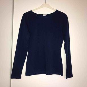Oanvänd kornblå långärmad t-shirt från Filippa K.