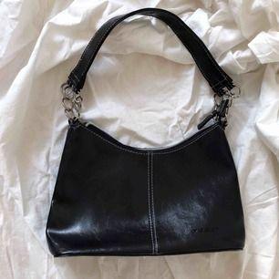 Söt lite väska ☀️ Följ secondvintagesweden @ instagram för fri frakt  ☀️ 3 för 2 på allt