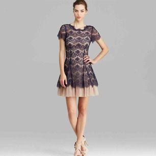 Ny klänning med etiketterna kvar. Passar 36/38 (US8). Original pris 250$.