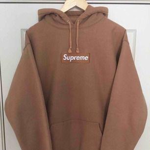 Brun vintage supreme hoodie, super mysig, frakt 59kr (många som frågar ifall den är äkta, vet inte ifall den är äkta eller ej då jag fick den som present) (UPD DEN ÄR EJ ÄKTA)