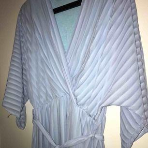 Finns ingen lapp i klänningen men den är ganska stor så antingen L eller XL skulle jag säga.