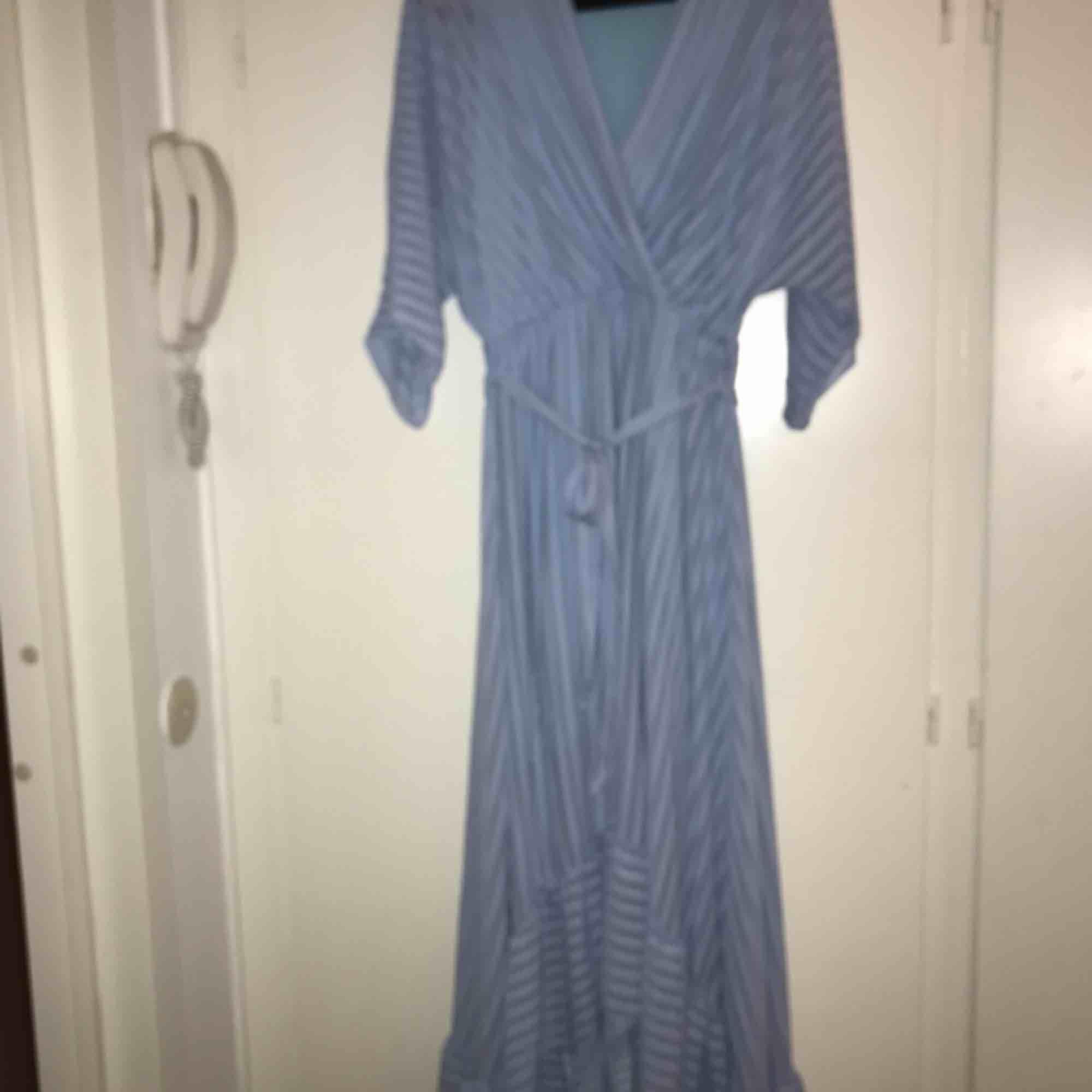 Finns ingen lapp i klänningen men den är ganska stor så antingen L eller XL skulle jag säga.. Klänningar.