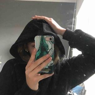 As fin svart hoodie i nyskick!! Typ använd 2 gånger och inte alls nopprig 💕 den är lite croppad men inte så att man visar hela magen lixom och om man är lite kortare sitter den som en vanlig hoodie