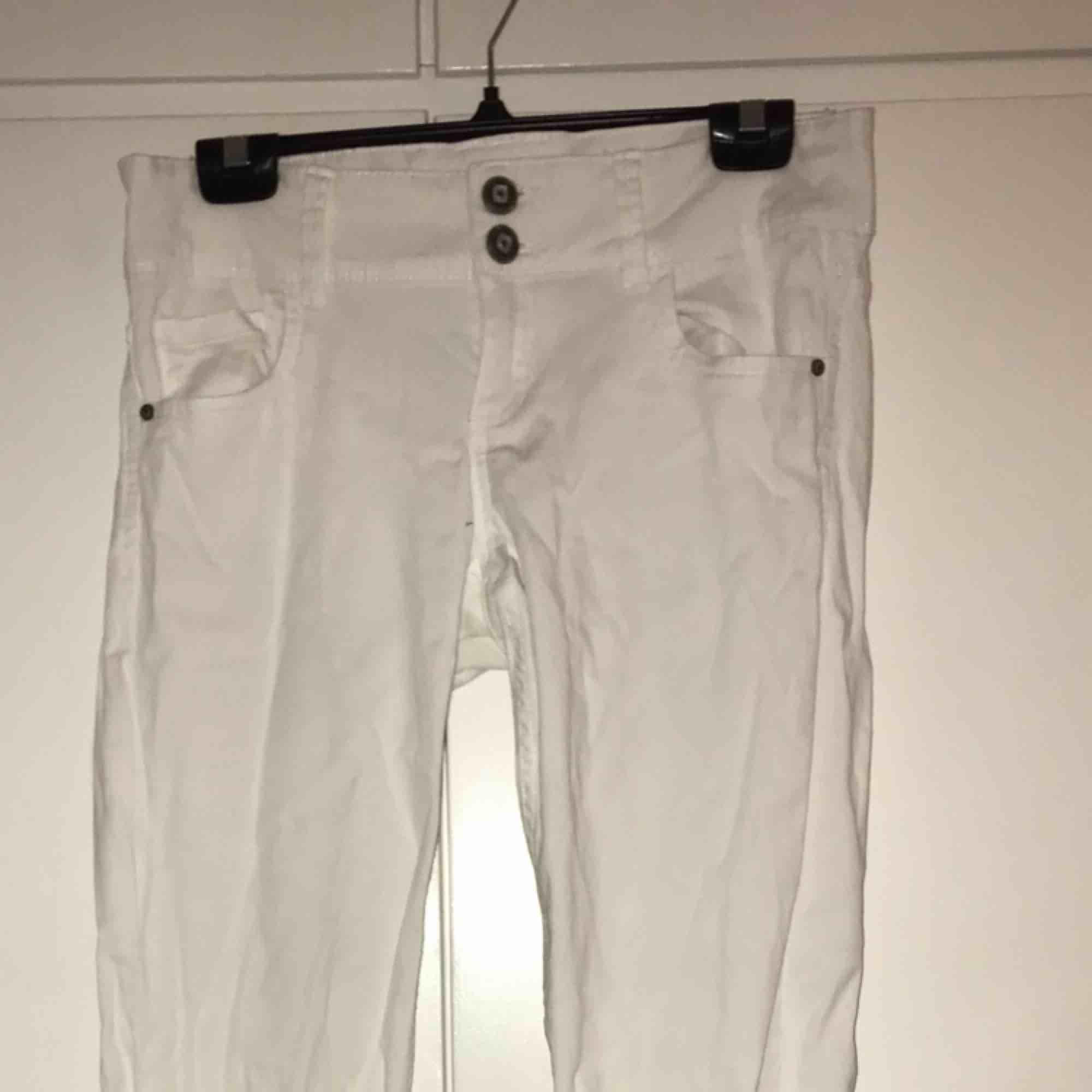 Ett par vita jeans, ej skinny.. Jeans & Byxor.
