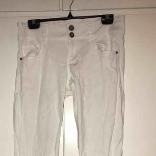 Ett par vita jeans, ej skinny.