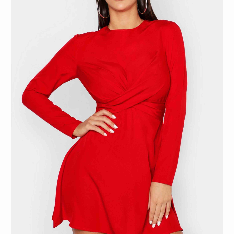 Säljer min superfina klänning som tyvärr inte passar mina armar :( Det är en 40 men armarna är lite trånga, skulle väl säga att dem är en 36/38! Köparen står för frakten 🎃 vill ni ha bättre bilder så meddela bara!. Klänningar.