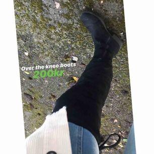 Over the knee boots, knappt använda, inte slitna i sulan eller i tyget alls. Vill ni ha mer bilder på hur dem sitter kan ni DMa!