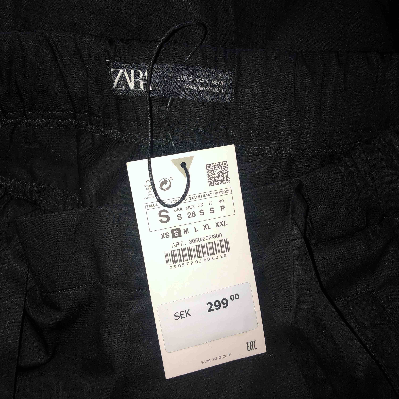 Helt nya cargobyxor från Zara i storlek S. Pris 200kr. Jeans & Byxor.