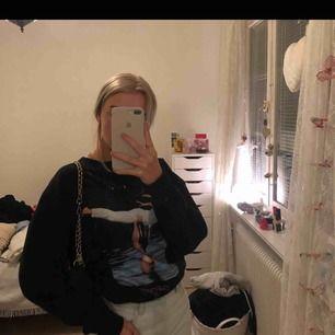 INTRESSEKOLL! Funderar på att sälja mig Dirty Dancing tröja från Zara. Köpt här på plick i nyskick men tyvärr för stor, endast använd en gång sen dess så fortfarande i väldigt bra skick! Köparen står för eventuell frakt. (OBS! Förra säljarens bilder!)