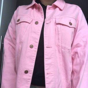 Sparsamt använd rosa jeansjacka från H&M. Storlek 42 då jag tycker det är snyggt med oversized jackor.