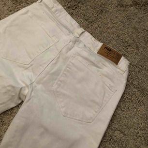 Fina vita jeans från newyorker med hål på knäna. Använd ett fåtal gånger men är i nyskick. Köparen står för frakt eller mötas i Uppsala/Björklinge❣️
