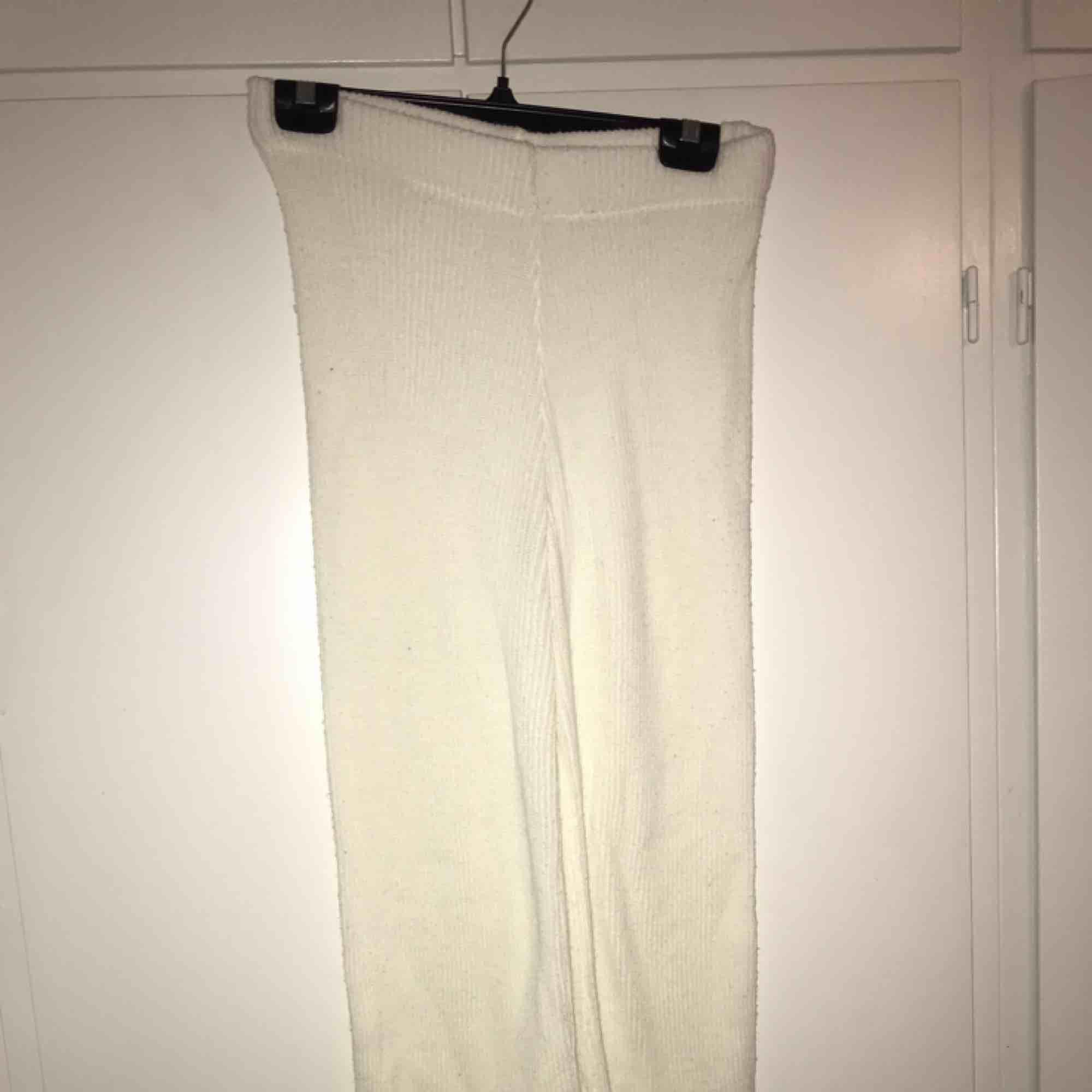 Ett par vita byxor, väldigt bekväma o sköna, lite genomskinliga. Skulle såga att de passar en S eller M.. Jeans & Byxor.