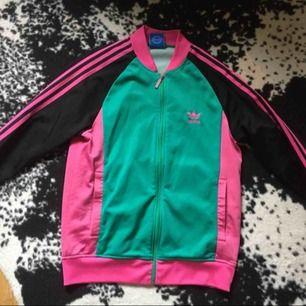 Jättefin Adidas tröja i fräscht skick. Storlek small/medium beroende på hur man vill att den ska sitta 🙂