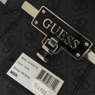 Elegant äkta Guess väska m bland annat axelband. Jag själv har aldrig använt, men tidigare ägare har använt den 1 gång. Säljs nu billigt! Nypris: 1649 kr|| Mitt pris: 550 kr ink frakt🥰