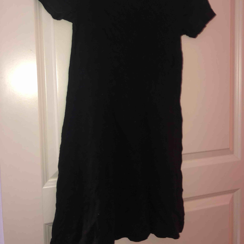 Svart lite tunnare klänning. Klänningar.