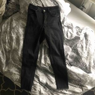 """Svarta jätte dian tighta svarta jeans, dem är högmidjade och jätte stretchiga, det är """"fransar"""" nedtill. 150kr ink frakten"""