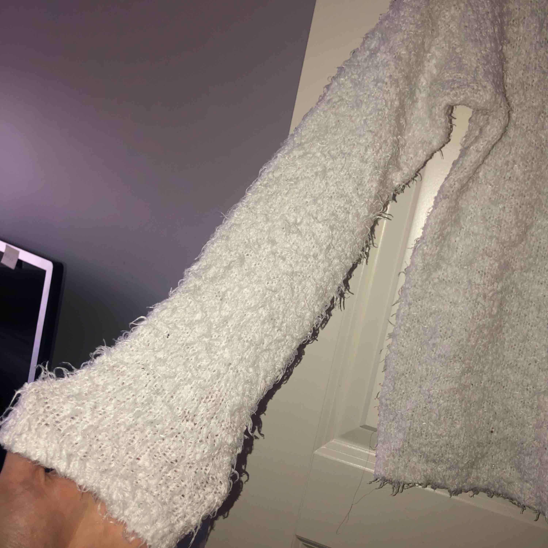 Super skön och mysig vit stickad långärmad. Strechigt material!! . Stickat.
