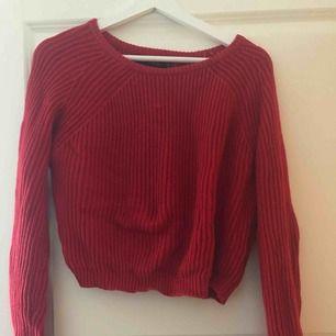 Jätte härlig röd stickad top. Lite kortare än andra tröjor men super tjusig!