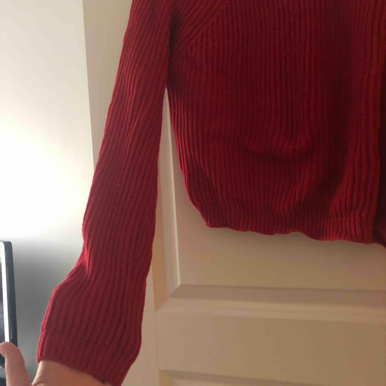 Jätte härlig röd stickad top. Lite kortare än andra tröjor men super tjusig! . Stickat.