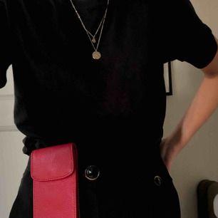SKITsnygg liten röd väska!! Jättesnygg att sätta fast på ett par byxor (perfekt accessoar) och livar upp en outfit! Finns även en väskrem till. Den får plats med både mobil och kort. Du betalar för frakten.