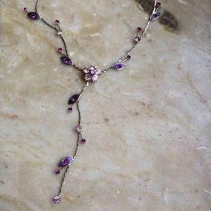 Halsband dekorerat med lila blommor, jättefint men använder det knappt! Möts upp i Örebro eller så tillkommer frakt 9 kr🌺
