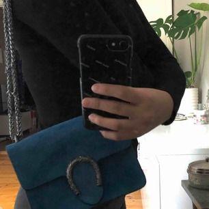 Säljer min vackra Gucci-inspirerade väska som jag köpte i Rom. Superfint skick då jag inte använt den tyvärr. Knappen, dragkedjan och kedjan är det inget fel på!  Mått (cm) Höjd = 12,5 Bredd = 15,9  Köparen står för frakt.