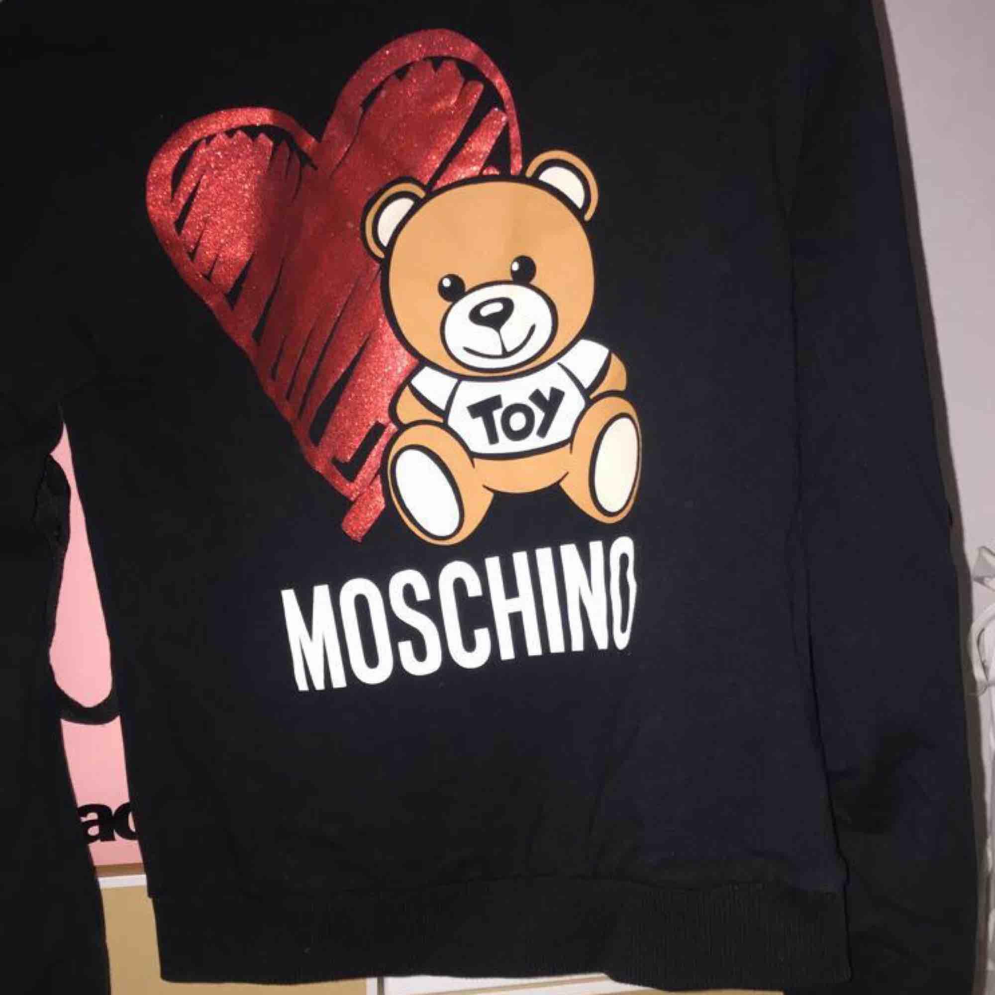 Äkta Moschino tröja i storlek xs. Använd 3 gånger på grund av fel storlek. Kvitto finns.. Tröjor & Koftor.