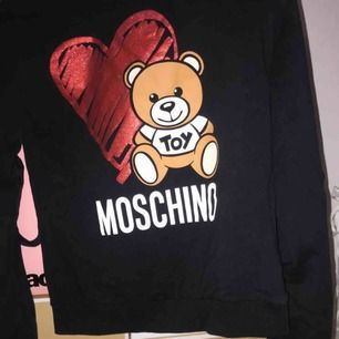 Äkta Moschino tröja i storlek xs. Använd 3 gånger på grund av fel storlek. Kvitto finns.