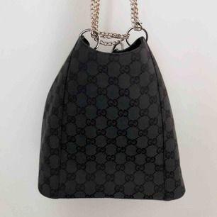 Säljer min otroligt fina äkta Gucci-väska då jag tyvärr måste rensa garderoben. Väskan är i jätte bra skick, köpte den på Humana! Kedjan sätts på flera olika sätt & ingår i priset då den är min egna <3  Mått: (cm) Höjd = 20,6 Bredd = 20,4  Kedja = 20,4
