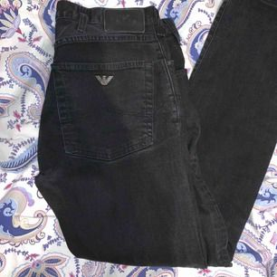 Säljer ett par svarta Armani jeans i herr storlek 30, något uppsydda men passa någon som inte är längre än 180cm. Kan tänka mig att eventuellt gå ner i pris.