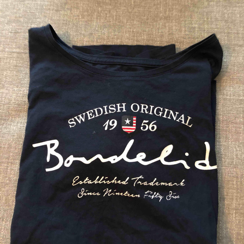 Oanvänd marinblå t-shirt från Bondelid. . T-shirts.